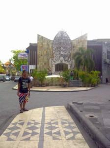 Di depan Monumen Bom Bali Jalan Legian